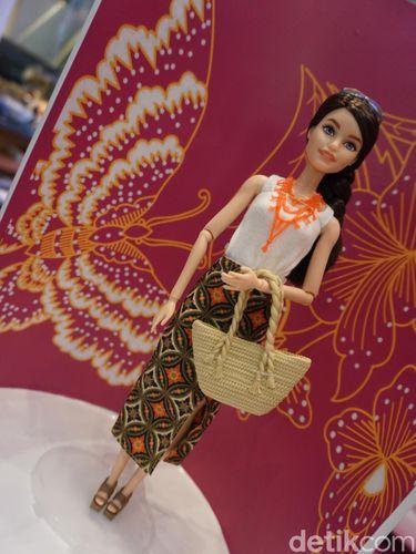 Barbie memakai batik.