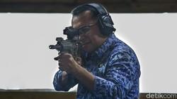 Berseragam Korpri, Gubernur Ridho Tunjukkan Ketangkasan Menembak