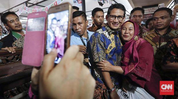 Sandiaga Uno berfoto dengan warga saat mengunjungi Thamrin City, Jakarta, Selasa (2/10).