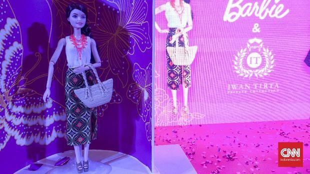 Barbie bergaun batik