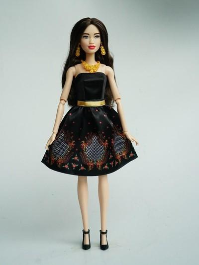 Barbie memakai busana batik karya Iwan Tirta Private Collection. Foto: Dok. Mattel Indonesia