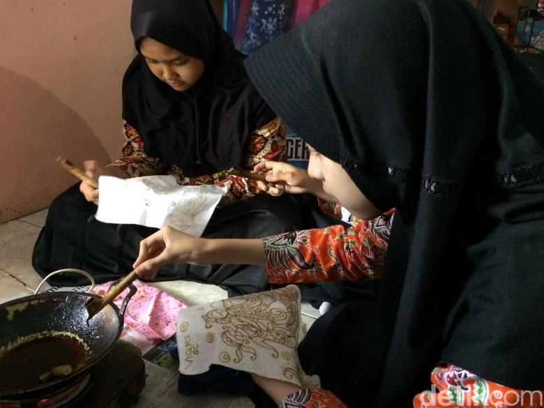 Siswi SMP di Ciamis Asyik Membatik di Hari Batik Nasional