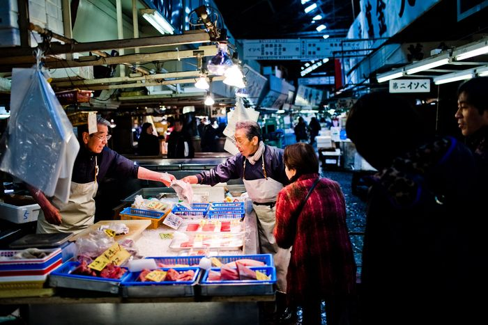 Pasar ikan Tsukiji di wilayah Tokyo, Jepang memang menjadi andalan tak hanya untuk mendapatkan beragam ikan segar tetapi juga menjadi paket wisata andalan bagi para turis yang berwisata ke kota Tokyo. Istimewa/Daniel Berehulak/Getty Images.