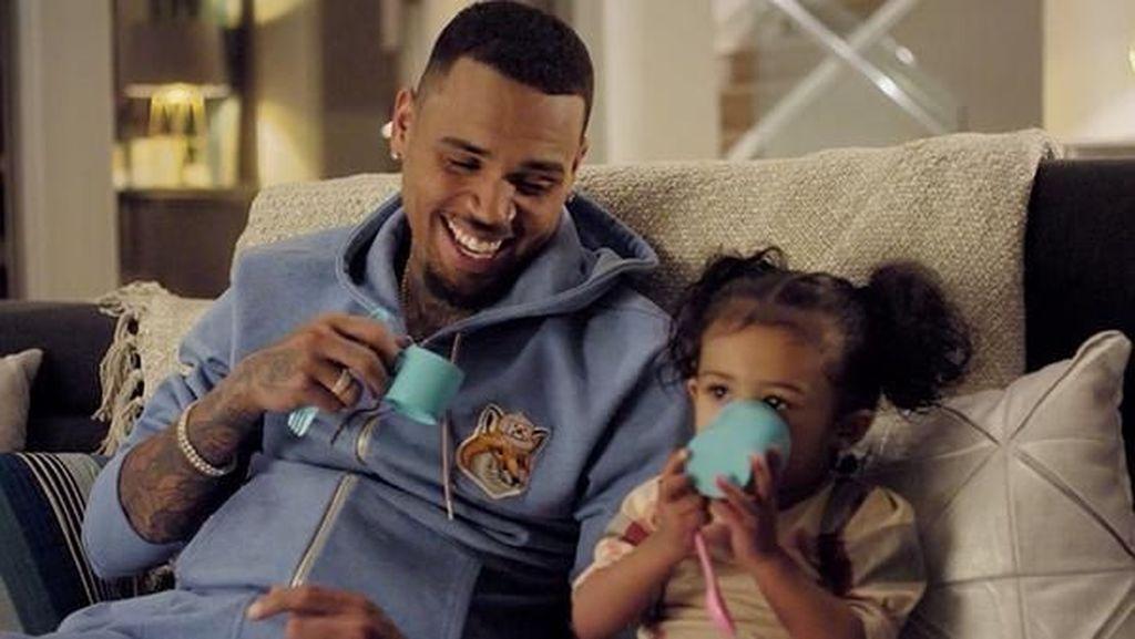 Sempat Dekat dengan Agnez Mo, Ini Pose Chris Brown Saat Makan Kepiting