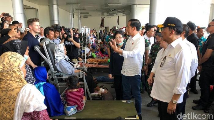 Presiden Jokowi menjenguk para korban gempa yang berada di RS darurat di kawasan Bandara Mutiara SIS Al-Jufrie, Rabu (3/10/2018) Foto: Ray Jordan-detikcom
