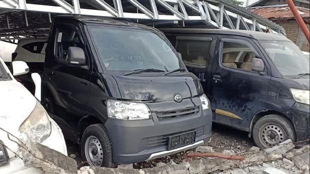 Mobil-mobi Daihatsu tertimpan reruntuhan atap.