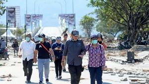 Gaya Susi Tinjau Lokasi Gempa di Palu hingga Sigi