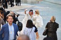 Tamu selfie seusai fashion show Chanel