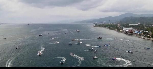 Dalam perjalanan di atas JMP, ratusan ratusan spead boat mengibarkan Merah Putih dan beraksi di bawah Jembatan Merah Putih (JMP). (Muslimin Abbas/detikTravel)