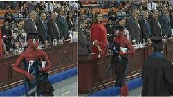 Bikin Heboh! Mahasiswa Ini Hadiri Wisuda Pakai Kostum Spiderman