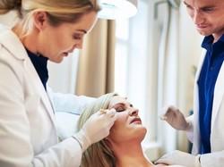 Usai Jalani Perawatan untuk Hilangkan Double Chin, Wajah Wanita Ini Jadi Kotak