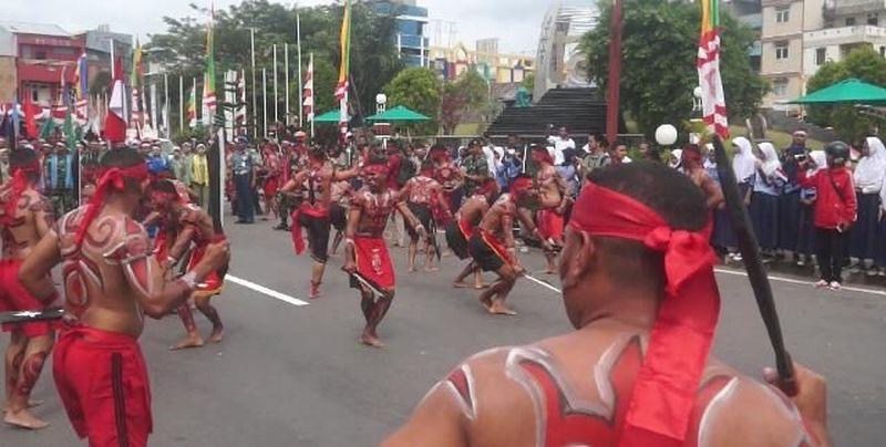 Tarian Cakalele menyambut arak-arakan rombongan Pawai Kirab Bendera Merah Putih yang dilaksanakan TNI dalam menyambut HUT ke-73. (Muslimin Abbas/detikTravel)