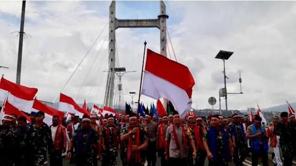 Usai selesai acara di Lapangan Mardeka, Bendera Merah Putih dibawa menggunakan panser hingga menuju Jembatan Merah Putih (JMP). (Muslimin Abbas/detikTravel)