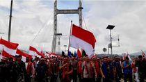 Tari Cakalele Ramaikan Pawai Bendera Merah Putih di Ambon
