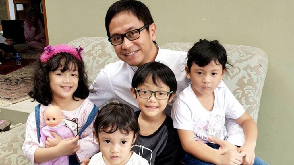 10 Foto Bukti Kecintaan Addie MS pada Anak-anak
