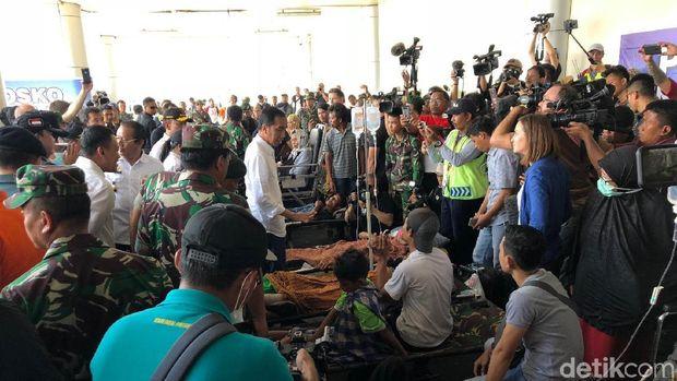 Presiden Jokowi menjenguk para korban gempa yang berada di RS darurat di kawasan Bandara Mutiara SIS Al-Jufrie, Rabu (3/10/2018)