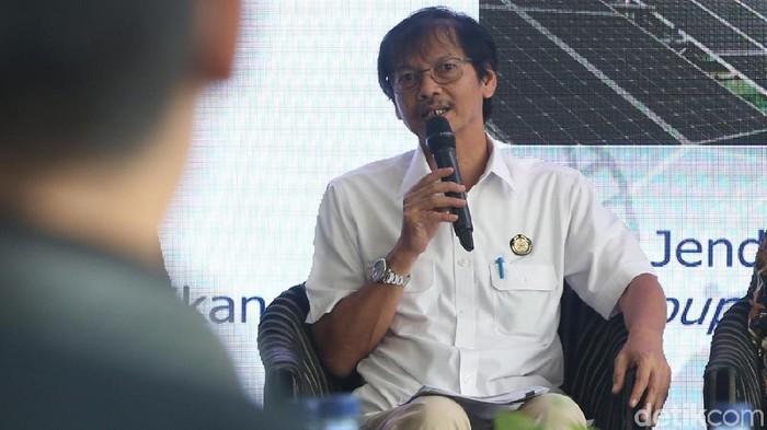Para pembicara dalam diskusi kendaraan listrik yang diadakan detikcom dan CNN Indonesia.   Dirjen Energi Baru Terbarukan dan Konservasi Energi Kementerian ESDM Rida Mulyana Direktur Industri Maritim, Alat Transportasi, dan Alat Pertahanan Putu Juli Ardika Sekjen Gabungan Industri Kendaraan Bermotor Indonesia (GAIKINDO) Kukuh Kumara, Sekjen Asosiasi Industri sepedamotor Indonesia (AISI) Hari Budianto. (Foto: Ari Saputra)