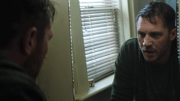 Tom Hardy memerankan jurnalis Eddie Brock dalam film 'Venom'.