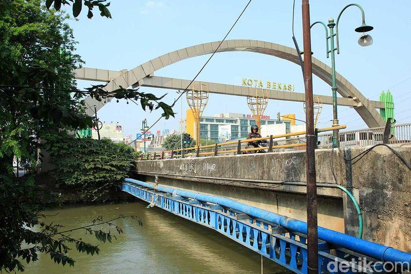 Menurut Kang Emil, penataan Kali Malang akan difokuskan di empat titik. Salah satunya di Jalan Choirul Anwar dekat gerbang exit Bekasi Timur (Randy/detikTravel)