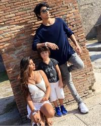 Bersama sang kakak Aryan dan si adik, Abram jalan-jalan di Pompeii. (Instagram/@suhana_khan_officiall)