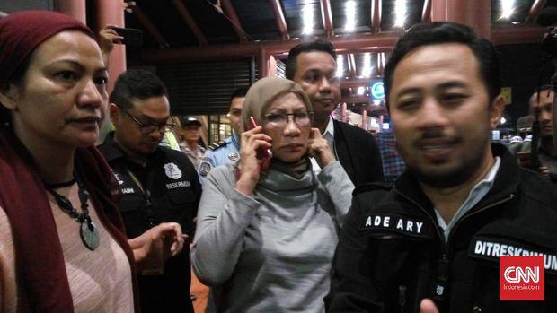 Suasana penangkapan terhadap Ratna Sarumpaet di Bandara Soekarno-Hatta, Jakarta, Kamis (4/10/2018).