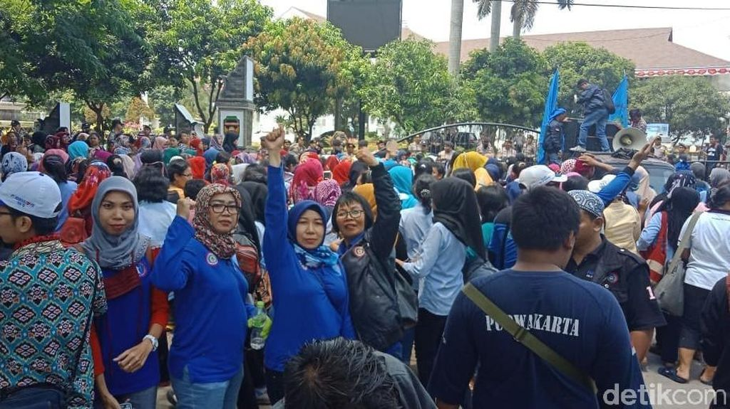 3 Bulan Gaji Tak Utuh, Seribuan Buruh Geruduk DPRD Purwakarta