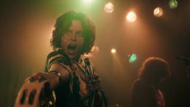Salah satu aksi Rami Malek sebagai Freddie Mercury dalam film biopik 'Bohemian Rhapsody'.