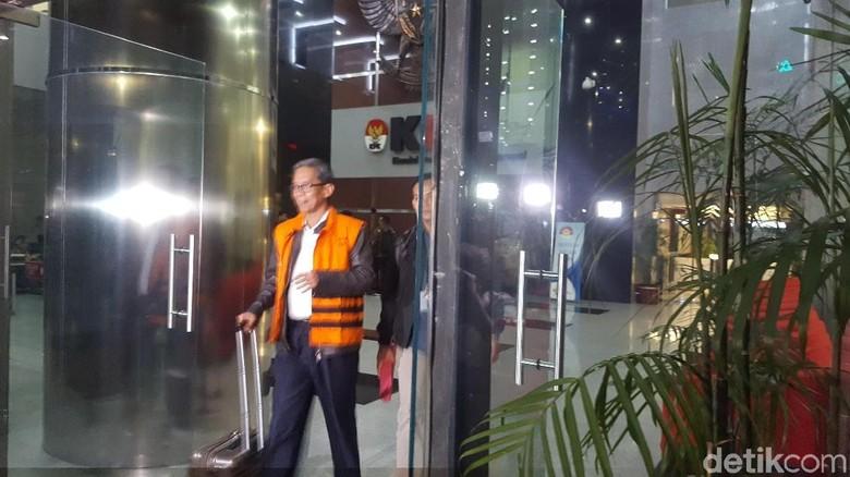 Sambil Tenteng Koper, Kepala Kantor Pajak Ambon Ditahan KPK