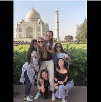 Tak hanya bareng keluarga, Suhana juga kerap liburan bareng teman-temannya. Begini potret Suhana saat trip bareng ke Taj Mahal. (Instagram/@suhana_khan_officiall)