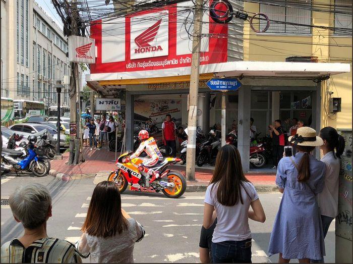 Sebelum tampil di Sirkuit Internasional Buriram, Marc Marquez melakukan beragam kegiatan bersama Tim Repsol Honda di jalanan kota Bangkok (Twitter @HRC_MotoGP)