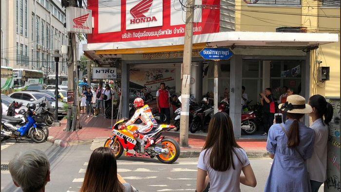 Marc Marquez beraksi di jalanan kota Bangkok (Twitter @HRC_MotoGP)
