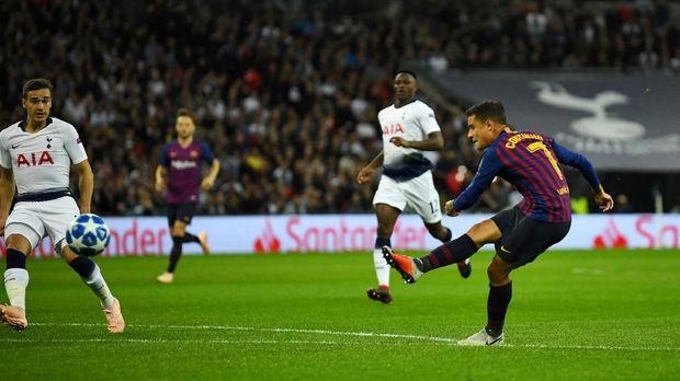 Philippe Coutinho mencetak gol cepat untuk Barcelona ke gawang Tottenham. (