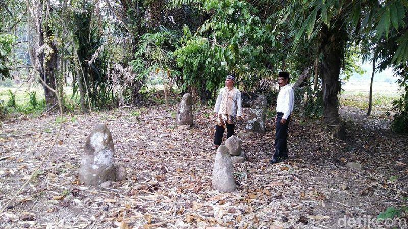 Inilah Batu Meriam, yakni 5 buah batu yang berdiri dan berada di Situs Janggala, Desa Janggala (Dadang/detikTravel)