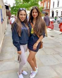 Suhana sedang jalan-jalan di London, Inggris. Jika dilihat-lihat, wajahnya memang mirip dengan sang ayah, Shahrukh Khan. (Instagram/@suhana_khan_officiall)