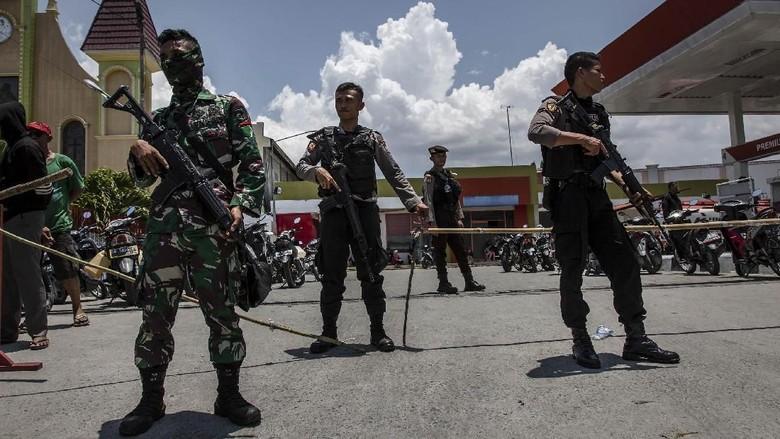 Polisi dan TNI Bersenjata Jaga SPBU di Palu