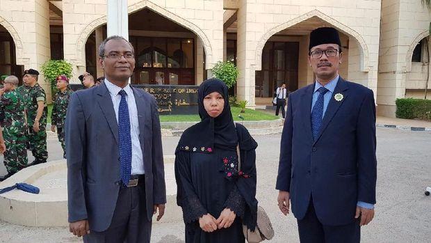 Dubes RI untuk Arab Saudi Agus Maftuh Abegebriel (kanan) bersama buruh migran yang selamat dari hukuman mati, Jama'ah (tengah).