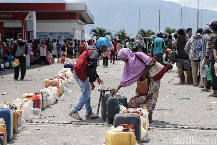 Warga memenuhi SPBU di Jalan Tondo, Palu, Sulawesi Tengah.
