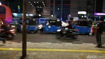 Bajaj Ngetem di Tengah Jalan Samping Mal Arion Bikin Macet!
