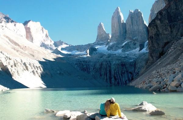 Bayangkan duduk berdua dengan pasangan sambil melihat panorama salju seindah ini. Dijamin berkesan (Discover Chile)