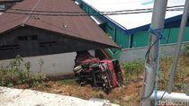 Hantam Pembatas Jalan, Truk Terjun Bebas 10 Meter di Semarang