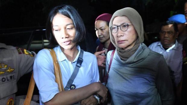 Ratna Sarumpaet saat digiring petugas, di Polda Metro Jaya, Jakarta, untuk menjalani pemeriksaan, Kamis (4/10).