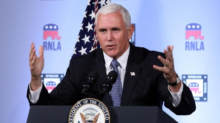 FILE PHOTO: U.S. Vice President Mike Pence delivers a speech at the Republican National Lawyers Association (RNLA) in Washington, U.S., August 24, 2018. REUTERS/Chris Wattie/File Photo