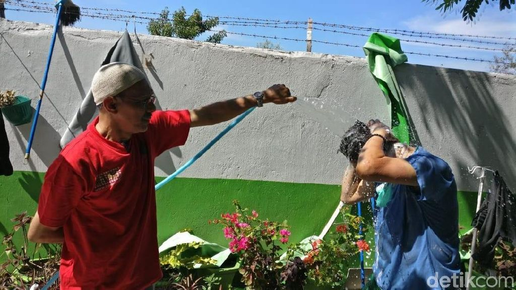 Ekspresi Para Relawan Medis Menahan Lelah di Teriknya Kota Palu