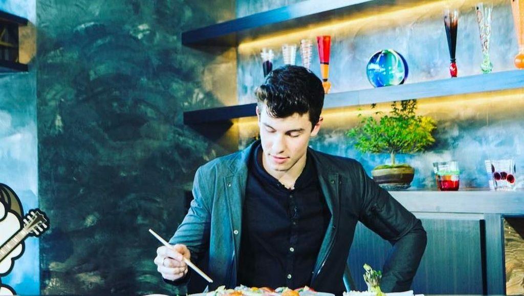 Mengintip Pose Ganteng Shawn Mendes Saat Makan Sushi dan Pancake