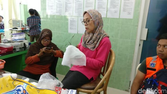 Bidan sedang menyiapkan perban untuk pasien di dalam bangunan Rumah Sakit Wirabuana Palu yang sudah rusak. Foto: Firdaus/detikHealth
