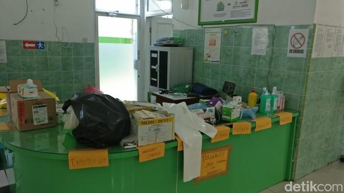 Improvisasi tim relawan menggunakan kertas map bekas untuk memberi label peralatan medis. Foto: Firdaus/detikHealth