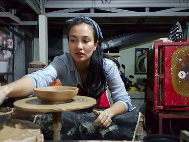 Bagi Atiqah Hasiholan, bikin keramik juga bisa jadi momen me time-nya lho. (Foto: Instagram @atiqahhasiholan)