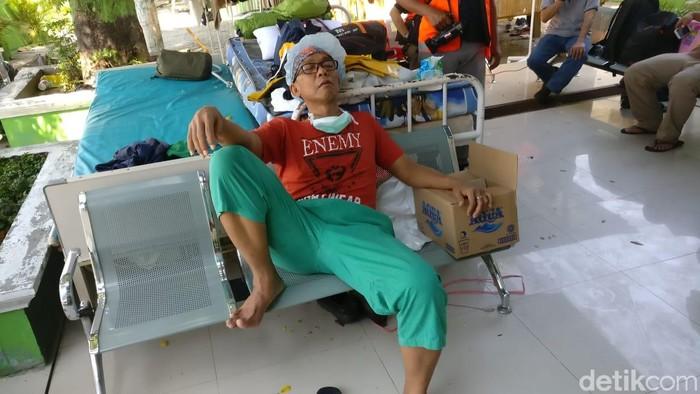 Spesialis anestesi dari RSUD Tarakan dr Ketut memejamkan matanya usai melakukan operasi pasien korban gempa. Foto: Firdaus/detikHealth