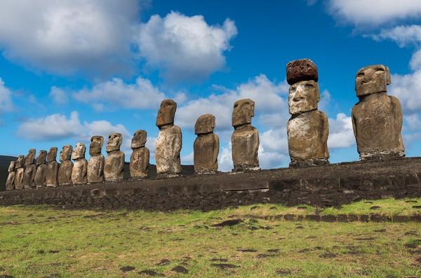 Yang tak kalah menarik dari Chile adalah Patung Moai yang dapat dijumpai di Easter Island. Asal dari patung ini pun begitu misterius (Discover Chile)