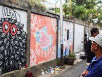 Warga menikmati hasil mural di Denpasar (Dok. Kadus Sesetan Denpasar)